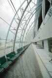 Hall med fåtöljer i den Guangzhou flygplatsen Arkivbild