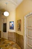 Hall med stängda dörrar och inramad konst i casaen Mila Royaltyfri Foto