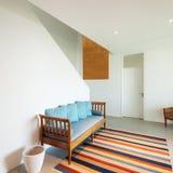 Hall mit Diwan und gestreifter Wolldecke lizenzfreie stockbilder