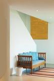 Hall mit Diwan und gestreifter Wolldecke stockbilder
