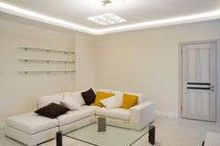 Hall mit einem Sofa stockbild