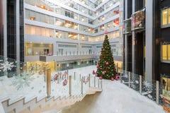 Hall mit einem Weihnachtsbaum im Hauptbüro Rosbank Lizenzfreie Stockfotos