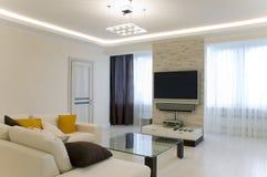 Hall mit Fernsehapparat und Sofa stockfoto