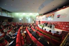 Hall mit Leuten auf internationalem Kongress-Straßen-Verkehr Russland Lizenzfreie Stockfotos