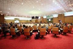 Hall mit Leuten am Rundtisch Lizenzfreie Stockfotografie