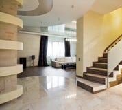 Hall mit Treppenhaus in einem neuen Haus Stockfoto