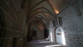 Hall mit vielen Türen in der Abtei auf der Insel von Mont-Heilig-Michel stock video footage