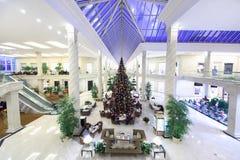 Hall mit Weihnachtsbaum im Krokus-Stadt-Mall Stockbilder