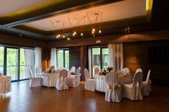 Hall moderne de banquet Tables décorées, arrangement élégant, beautifu Image stock