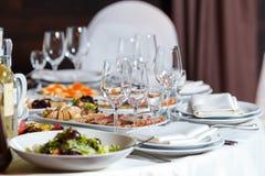 Hall moderne de banquet Tables décorées, arrangement élégant, beautifu Photos stock