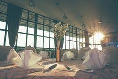 Hall oder andere Funktionsanlage eingestellt für feines Speisen und Sonnenlicht stockfotografie