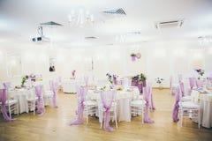 Hall pour épouser avec les tables et la décoration Image libre de droits