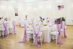 Hall pour épouser avec les tables et la décoration Photographie stock