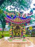 Hall religieux chinois avec des statues des dragons près du pavillon image libre de droits