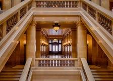 Hall som inramas av trappuppgångar Arkivfoto