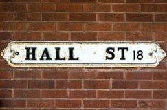 Hall Street British Vintage Street tecken mot väggen för röd tegelsten Royaltyfri Fotografi