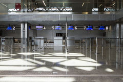 Hall terminal vide d'aéroport international Cracovie de John Paul II Photo stock