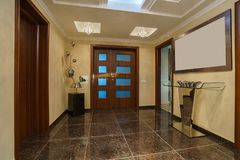 Hall und Haustür in einem privaten Landhaus Stockbilder