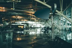 Hall vide d'aéroport avec la bannière vide de l'information Image stock