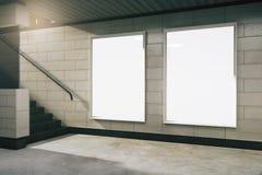 Hall vide de souterrain avec les bannières vides illustration libre de droits
