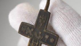 Hallazgo arqueológico del crucifijo metrajes