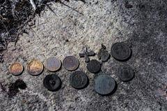 Hallazgos de la tierra apilada en fila foto de archivo libre de regalías