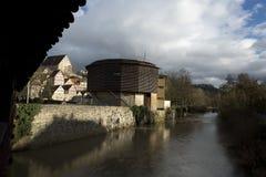 Halle Glober Theatre, puente y r?o Kocher, Schwabisch Pasillo, Baden Wurttemberg, Alemania - diciembre de 2013 imagen de archivo libre de regalías