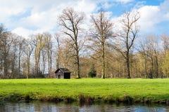 Halle, Wiese und geben im Frühjahr, Boekesteyn, die Niederlande mit einem Graben um Lizenzfreie Stockfotos