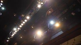 Hallenflutlicht der Beleuchtung equipment Schließen Sie herauf Scheinwerferlicht für Film, Fernsehzeigung, Kino, Konzert im Studi stock video footage