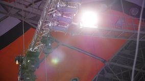 Hallenflutlicht der Beleuchtung equipment Schließen Sie herauf Scheinwerferlicht für Film, Fernsehzeigung, Kino, Konzert im Studi stock footage