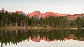 Hallett峰顶反射, Sprague湖,落矶山脉全国P 免版税库存图片