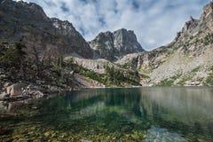 Hallett峰顶和Emerald湖 免版税图库摄影