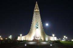 Hallgrimskirche bij Nacht, Reykjavik, IJsland Stock Afbeeldingen