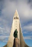 Hallgrimskirkja av Reykjavik i solljus Royaltyfri Fotografi