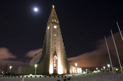 Hallgrimskirkja kyrka under vinternatten, Reykjavik, Island Arkivbild