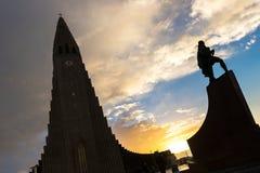 Hallgrimskirkjakathedraal en Leif Eriksson Statue Royalty-vrije Stock Afbeeldingen