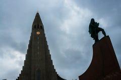 Hallgrimskirkjakathedraal en Leif Eriksson Statue in Reykja Stock Fotografie