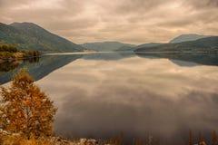 Hallingdal河的Kroderen湖在布斯克吕,日落的挪威 库存照片