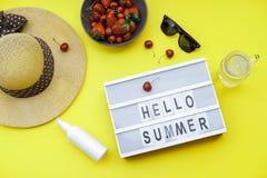 Hallo blockiert Sommer Hintergrund auf der gelben Tabelle: Straw Hat, s Stockbilder