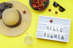 Hallo blockiert Sommer Hintergrund auf der gelben Tabelle: Straw Hat, s Lizenzfreie Stockbilder
