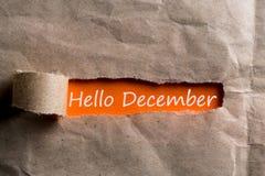Hallo Dezember-Aufschrift, die in einem zerlumpten Umschlag sich versteckt 1. Dezember der Anfang des Weihnachten und neues Jahr Lizenzfreie Stockbilder