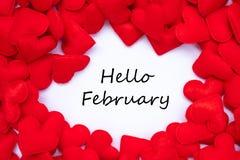 HALLO FEBRRUARY-Wort mit rotem Herzform-Dekorationshintergrund Der Hochzeit, romantischen und glücklichen Tagesfeiertag Valentine lizenzfreies stockfoto