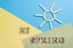 Hallo Frühling, abstraktes Bild mit hölzernen Buchstaben auf dem Hintergrund Lizenzfreie Stockbilder
