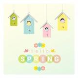 Hallo Frühlingshintergrund mit kleinen Vögeln in den Vogelhäusern Lizenzfreies Stockfoto