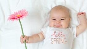 Hallo Frühlingsmitteilung mit Baby stockbild