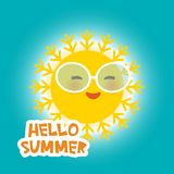 Hallo lustige gelbe Sonne Sommer Kawaii mit rosa Backen und Augen der Sonnenbrille auf Hintergrund des blauen Himmels Heißer Somm Stockfoto