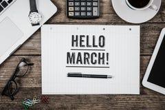 Hallo März-Aussage auf Notizblock auf Schreibtisch von oben Stockfotografie