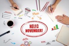 HALLO NOVEMBER-Stempel Die Sitzung am weißen Bürotisch Lizenzfreie Stockfotografie