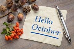 Hallo Oktober auf Serviette lizenzfreies stockbild