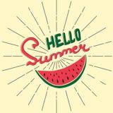 Hallo Sommer - übergeben Sie mit Buchstaben gekennzeichnetes Plakat mit Hand gezeichneten Wassermelonen- und Sonnenstrahlen Geome Stockfotografie